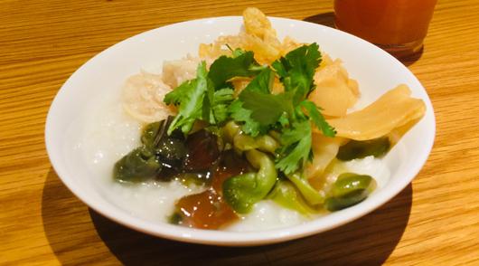 『本格中華粥』蒸し鶏、メンマ、ザーサイ、などをトッピング
