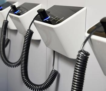 Baggageport[バゲッジポート]専用のカードをかざすだけでスーツケースを預けられるスマートなコインロッカー。