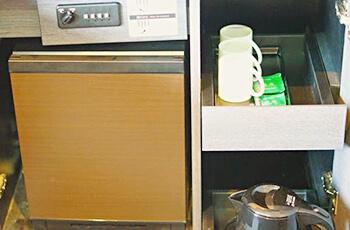 귀중품 보관함, 냉장고, 전기 주전자