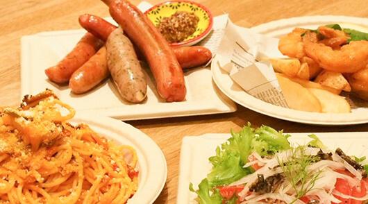 パスタやサラダ、ソーセージなどの軽食