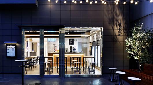 お酒やお食事を楽しんでいただけるオープンスペース