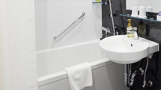 全室バス・トイレ別、こどもも一緒に入れる広いお風呂(一部客室のみ)