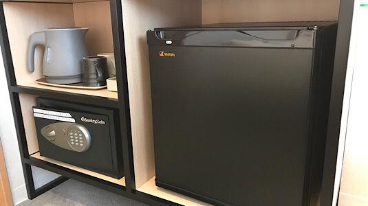 冷蔵庫・電気ケトル・セーフティーボックス・湯呑